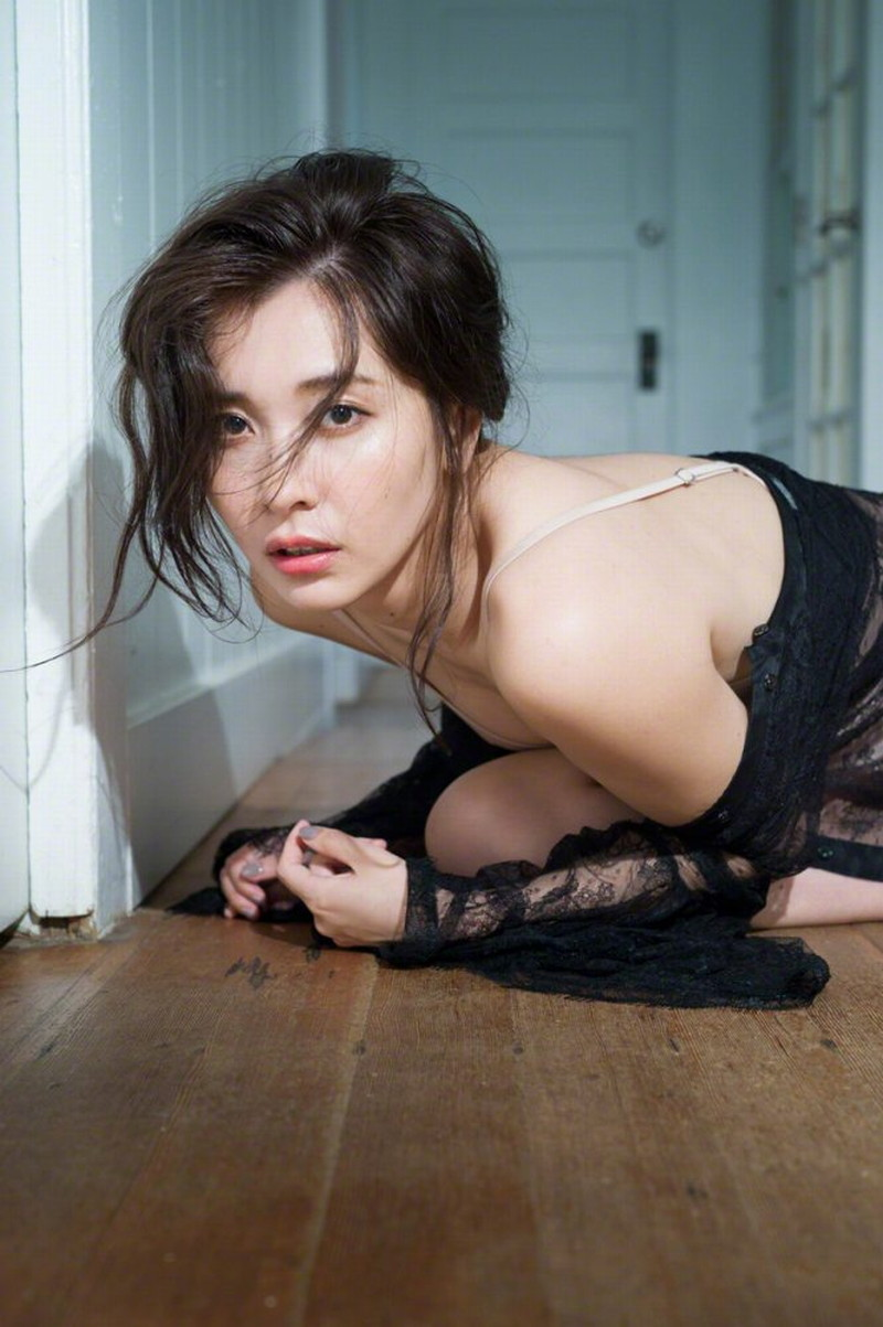 【山崎真実グラビア画像】お尻が自慢の美熟女グラビアアイドルはクビレもエロい! 67