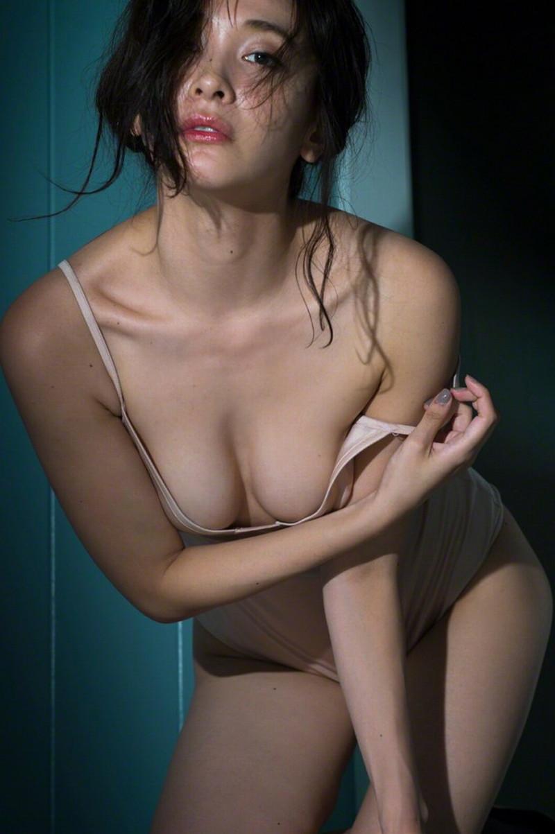 【山崎真実グラビア画像】お尻が自慢の美熟女グラビアアイドルはクビレもエロい! 70