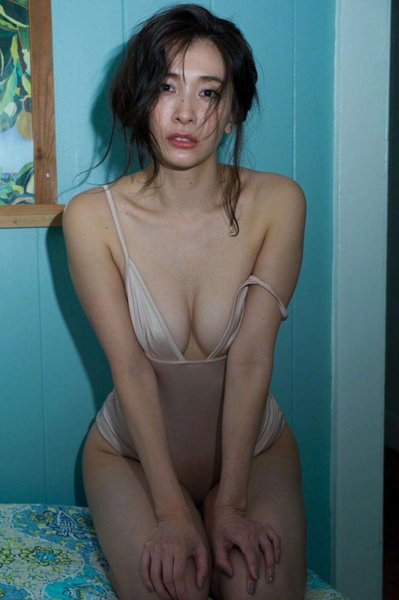 【山崎真実グラビア画像】お尻が自慢の美熟女グラビアアイドルはクビレもエロい! 71