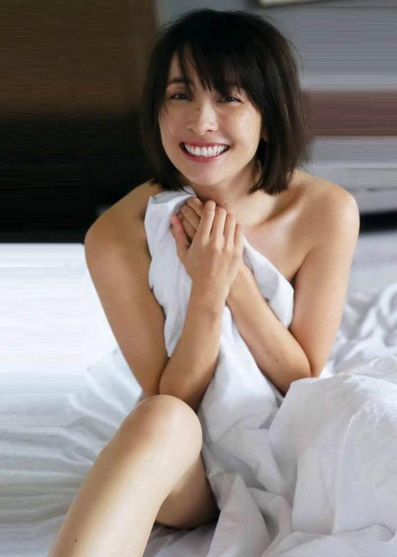 【山崎真実グラビア画像】お尻が自慢の美熟女グラビアアイドルはクビレもエロい! 84