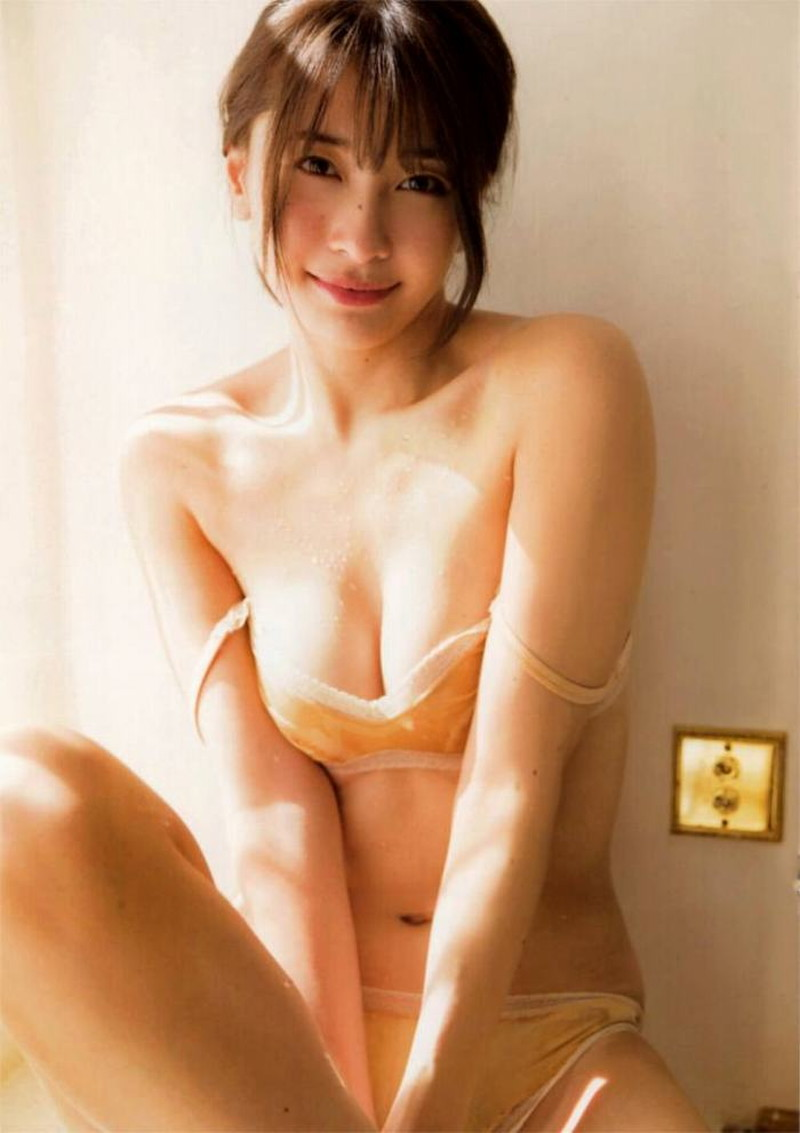 【山崎真実グラビア画像】お尻が自慢の美熟女グラビアアイドルはクビレもエロい! 93