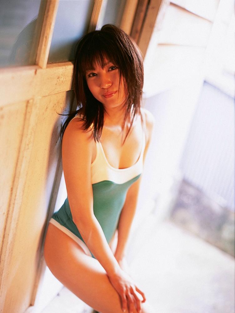 【松山まみグラビア画像】水着を引っ張って食い込ませたくなるハイレグがエロい! 31