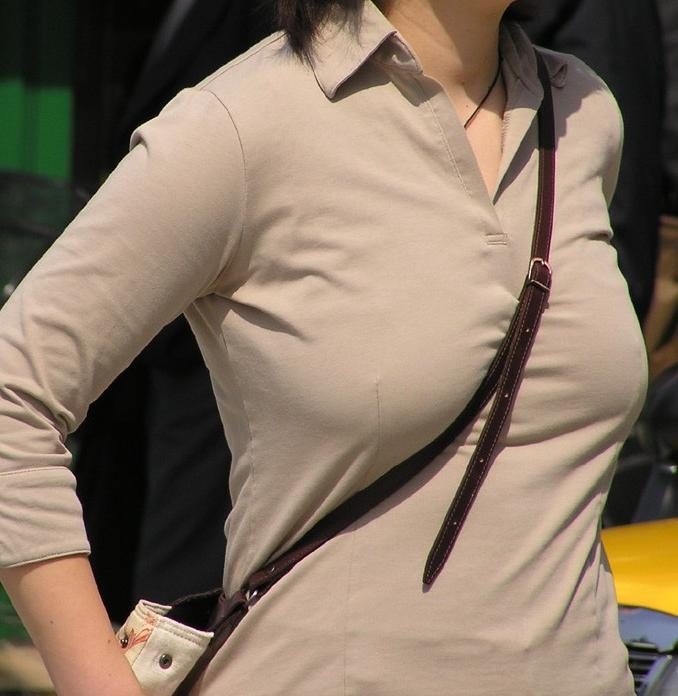 【素人エロ画像】意図せず男性の股間をふっくらさせてしまうパイスラ女子 07