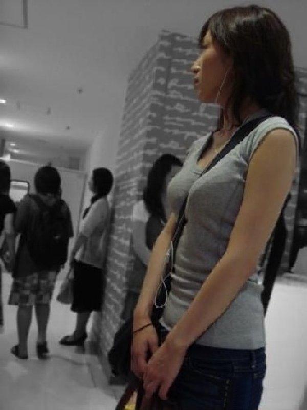 【素人エロ画像】意図せず男性の股間をふっくらさせてしまうパイスラ女子 11