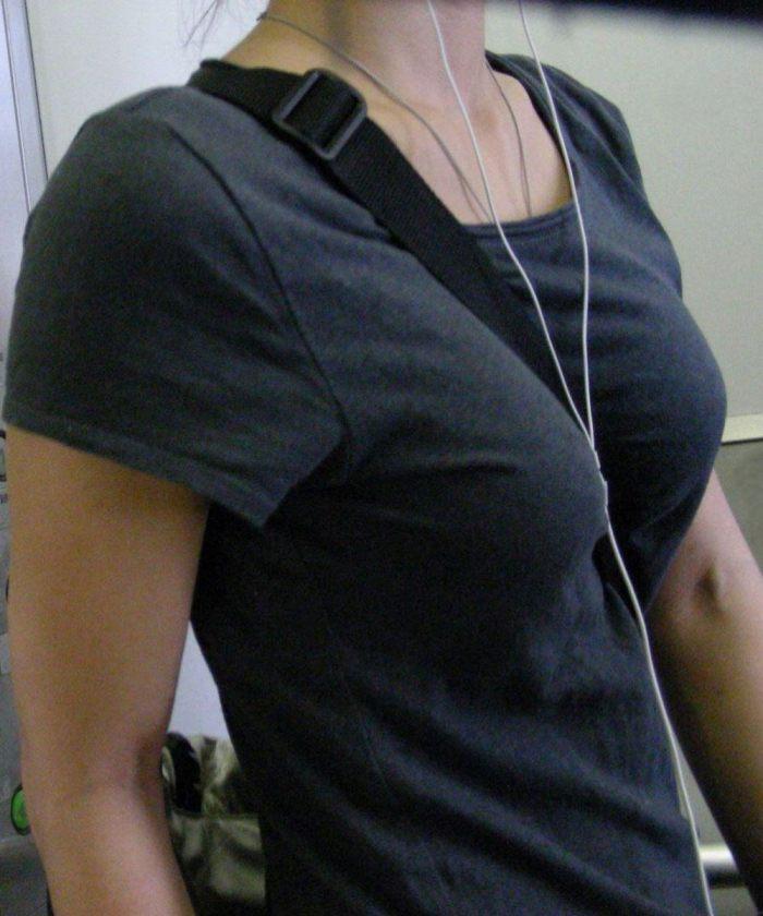 【素人エロ画像】意図せず男性の股間をふっくらさせてしまうパイスラ女子 29