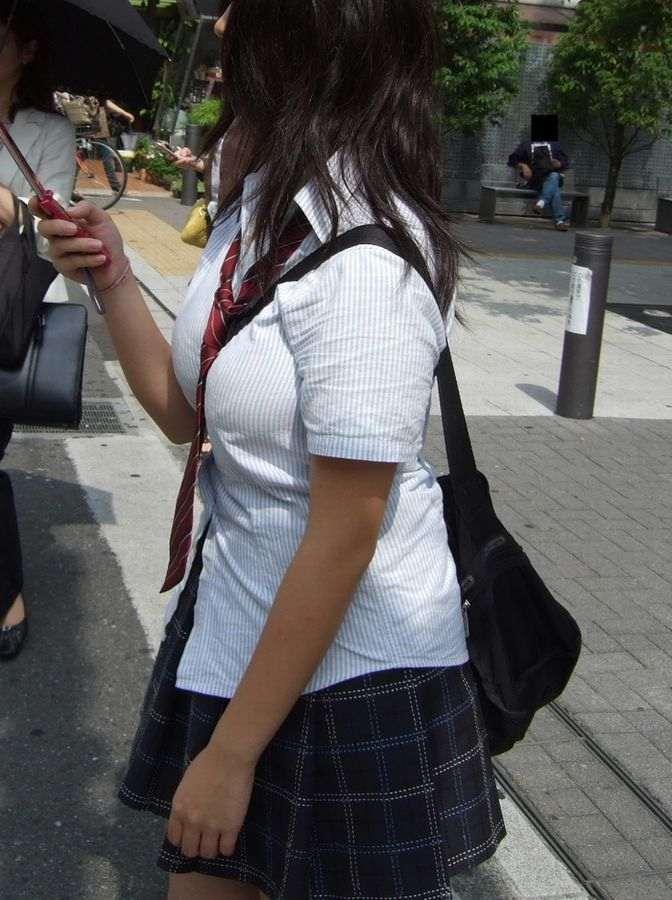 【素人エロ画像】意図せず男性の股間をふっくらさせてしまうパイスラ女子 31