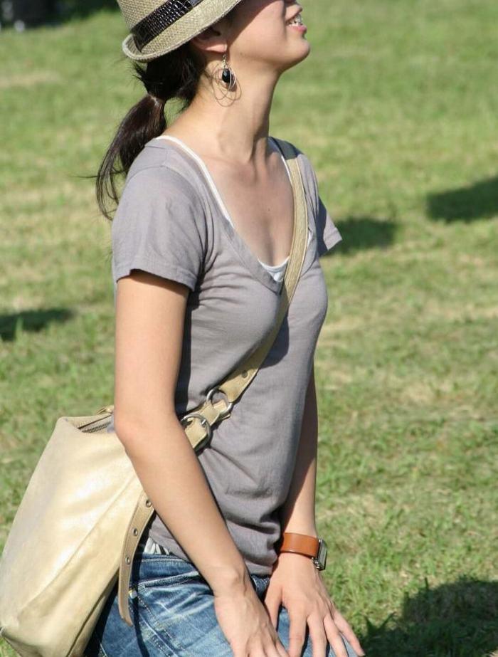 【素人エロ画像】意図せず男性の股間をふっくらさせてしまうパイスラ女子 37