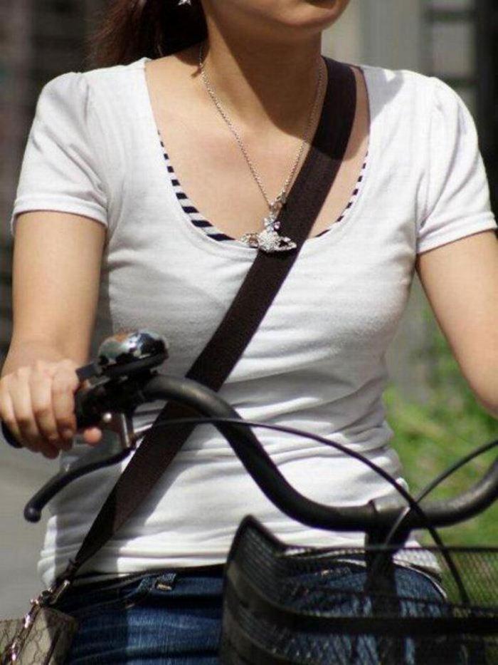 【素人エロ画像】意図せず男性の股間をふっくらさせてしまうパイスラ女子 38