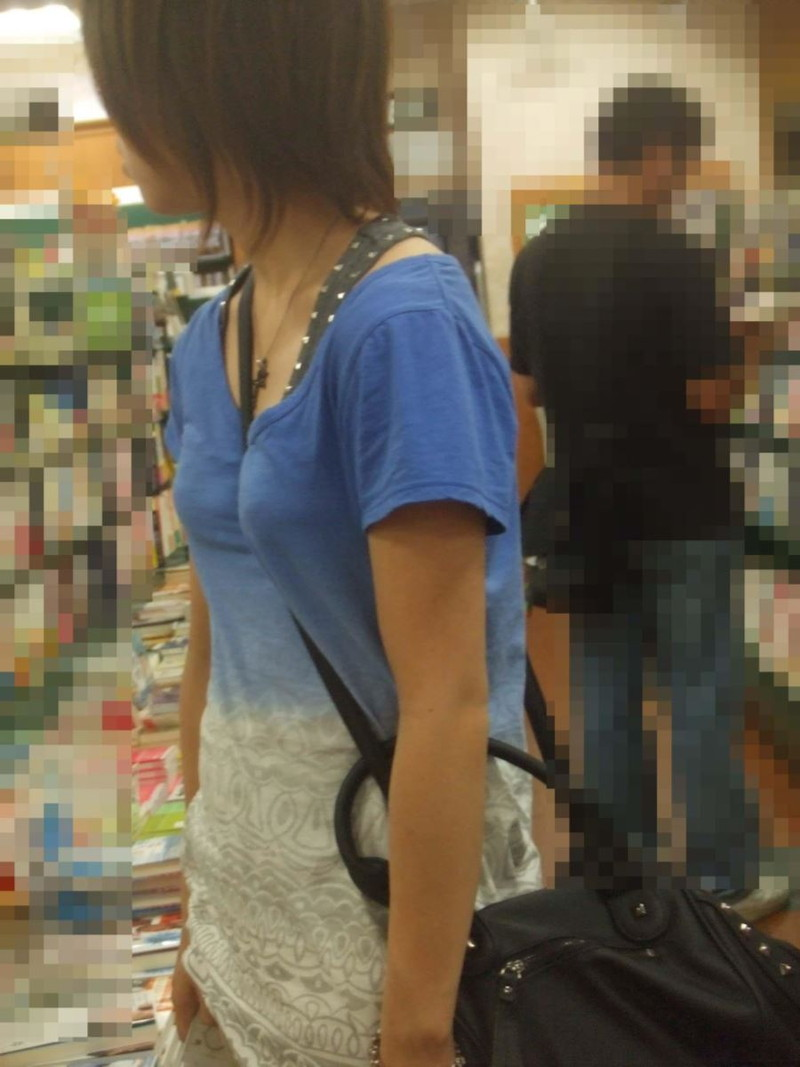 【素人エロ画像】意図せず男性の股間をふっくらさせてしまうパイスラ女子 76