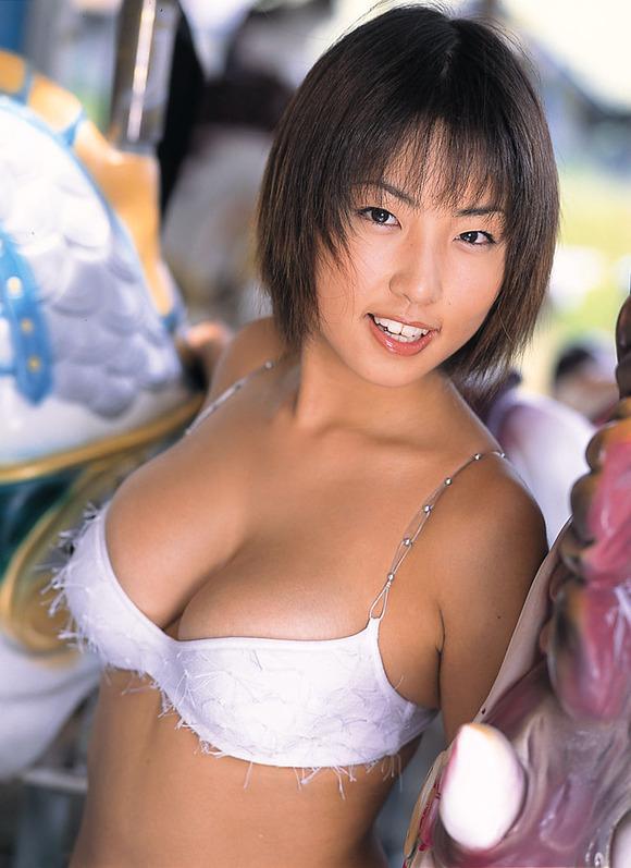 【MEGUMIお宝画像】爆乳エロボディで大ブレイクした元グラドルの乳輪チラリ 38