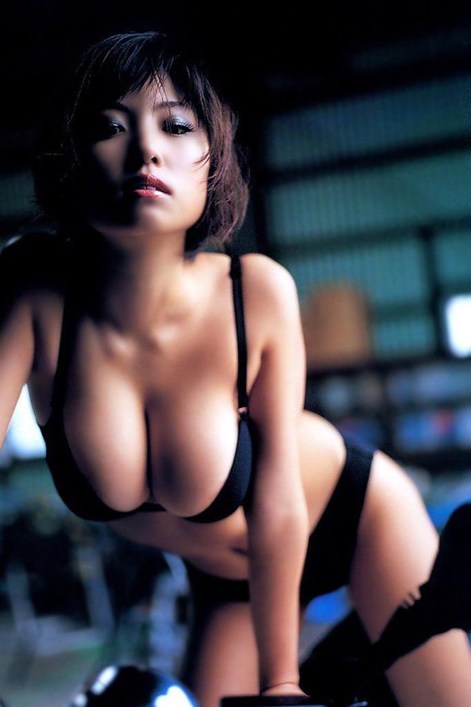 【MEGUMIお宝画像】爆乳エロボディで大ブレイクした元グラドルの乳輪チラリ 71
