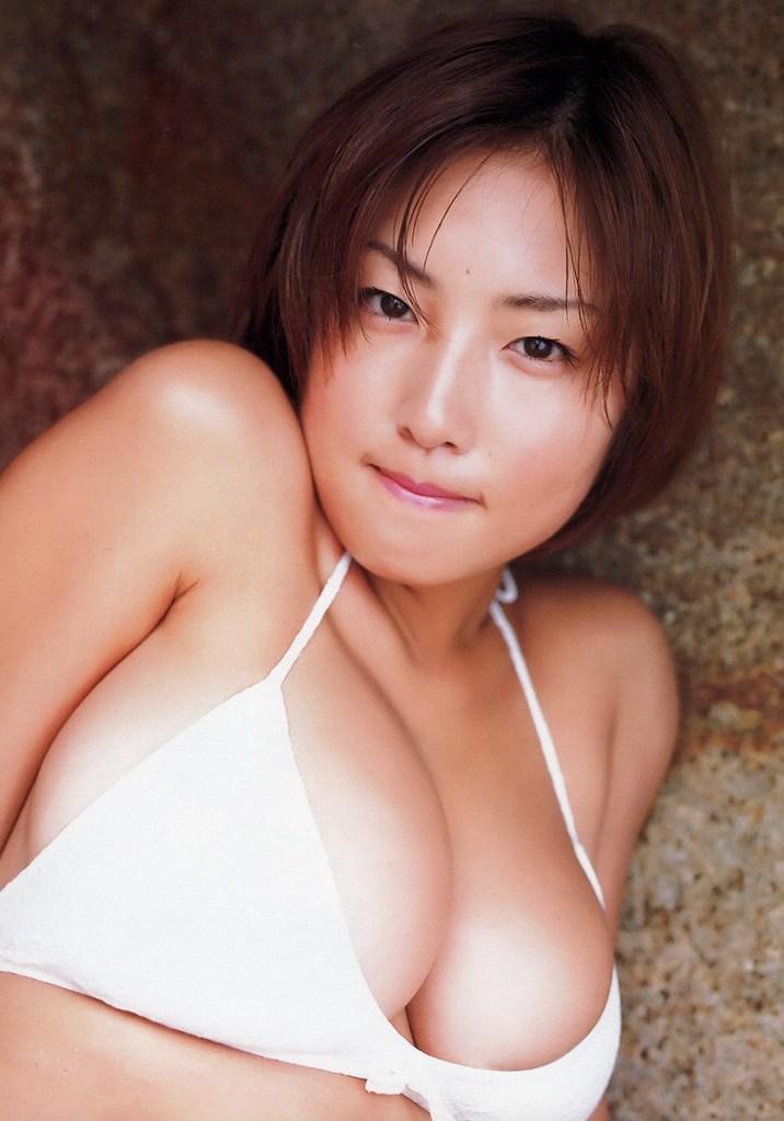 【MEGUMIお宝画像】爆乳エロボディで大ブレイクした元グラドルの乳輪チラリ 72