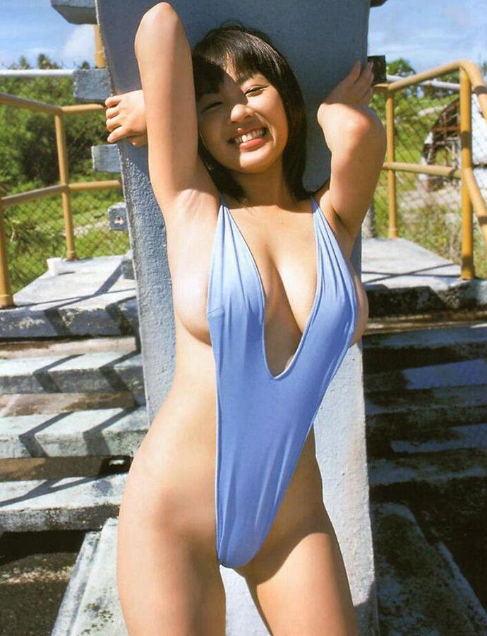 【水着エロ画像】グラドルやセクシー女優が着ている水着デザインがエロ過ぎた! 15