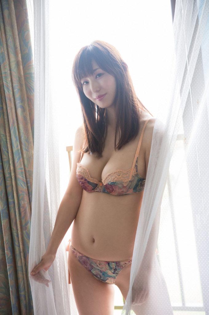 【塩地美澄グラビア画像】熟女になってから売れに売れてる女子アナグラドル 17