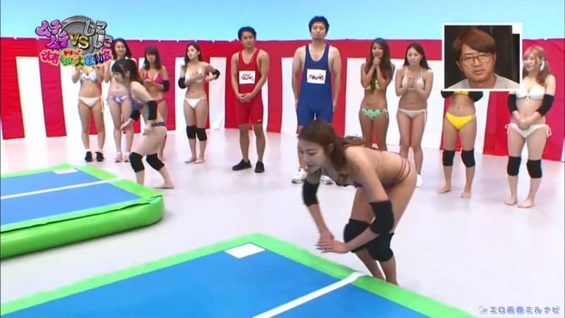 【水着エロ画像】プール無しで水泳大会を開くバカ企画でノリノリな女wwww 09