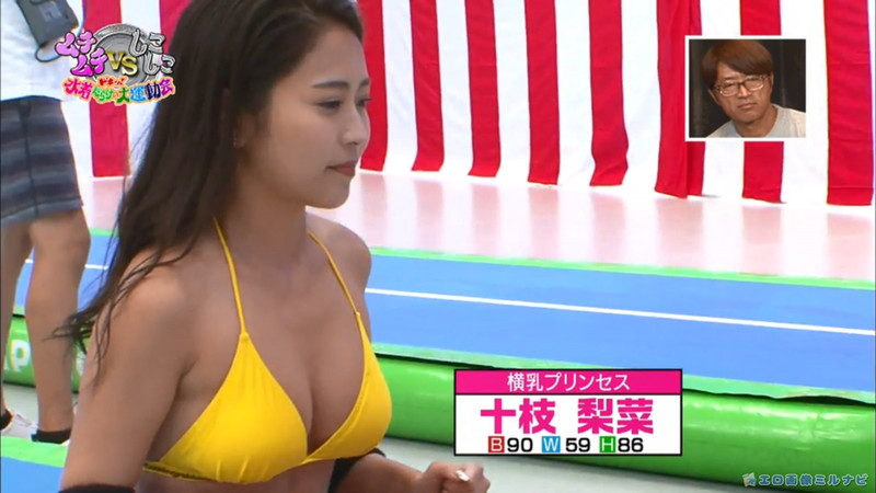 【水着エロ画像】プール無しで水泳大会を開くバカ企画でノリノリな女wwww 24