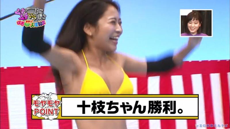 【水着エロ画像】プール無しで水泳大会を開くバカ企画でノリノリな女wwww 33