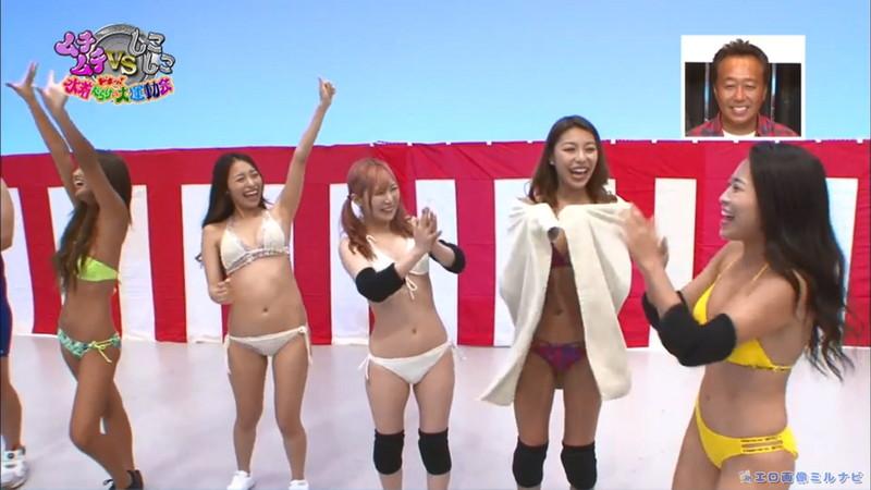 【水着エロ画像】プール無しで水泳大会を開くバカ企画でノリノリな女wwww 34