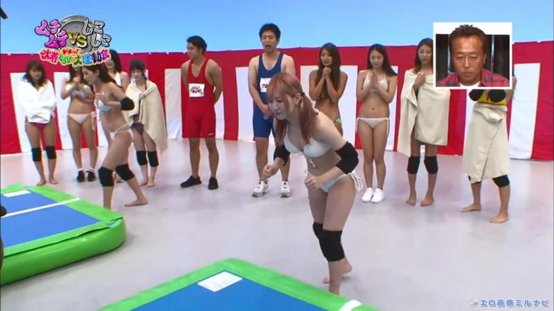 【水着エロ画像】プール無しで水泳大会を開くバカ企画でノリノリな女wwww 41
