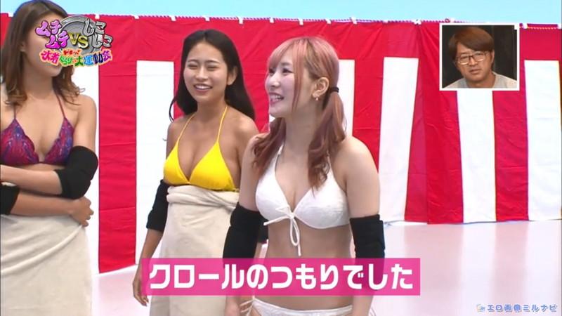 【水着エロ画像】プール無しで水泳大会を開くバカ企画でノリノリな女wwww 49