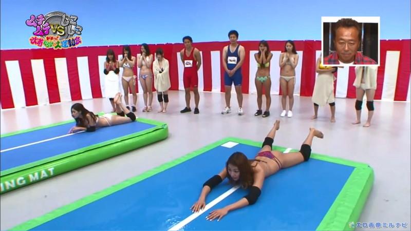 【水着エロ画像】プール無しで水泳大会を開くバカ企画でノリノリな女wwww 69