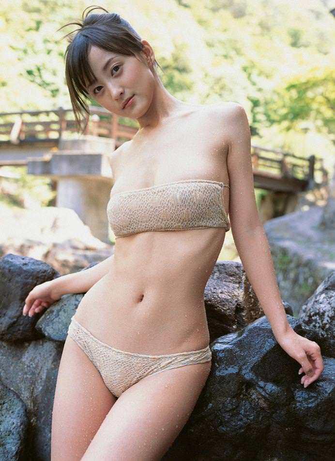 【小松彩夏グラビア画像】あとちょっとズレたら乳輪が見えそうな横乳やハミ乳! 03