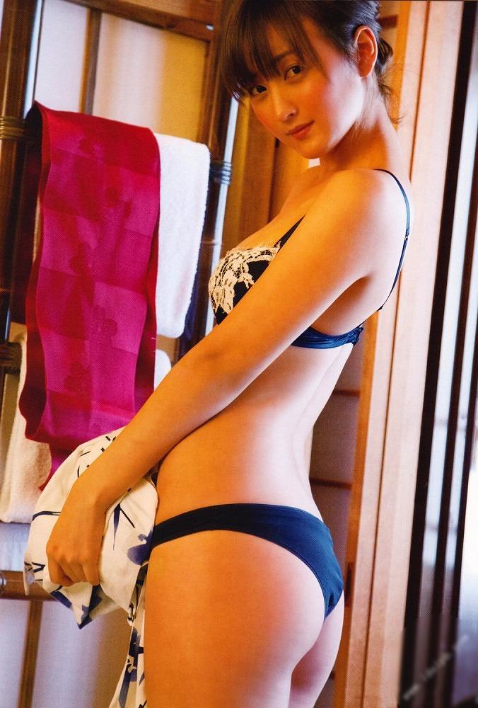 【小松彩夏グラビア画像】あとちょっとズレたら乳輪が見えそうな横乳やハミ乳! 05