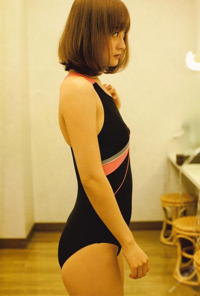 【小松彩夏グラビア画像】あとちょっとズレたら乳輪が見えそうな横乳やハミ乳! 06