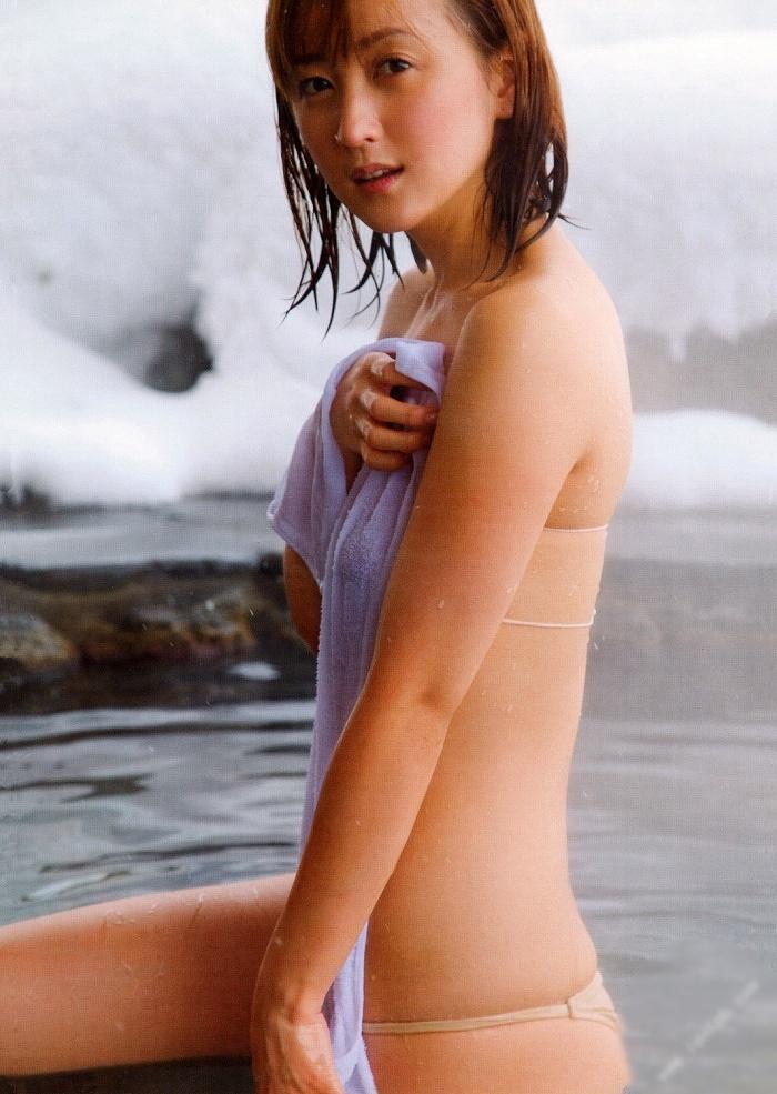 【小松彩夏グラビア画像】あとちょっとズレたら乳輪が見えそうな横乳やハミ乳! 14