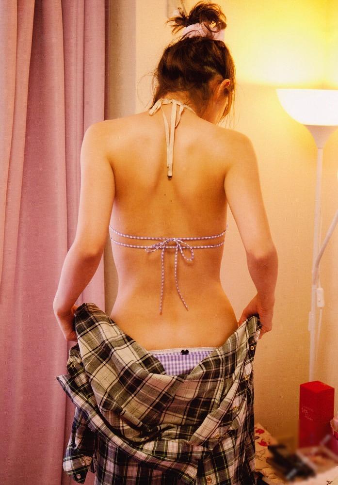 【小松彩夏グラビア画像】あとちょっとズレたら乳輪が見えそうな横乳やハミ乳! 17