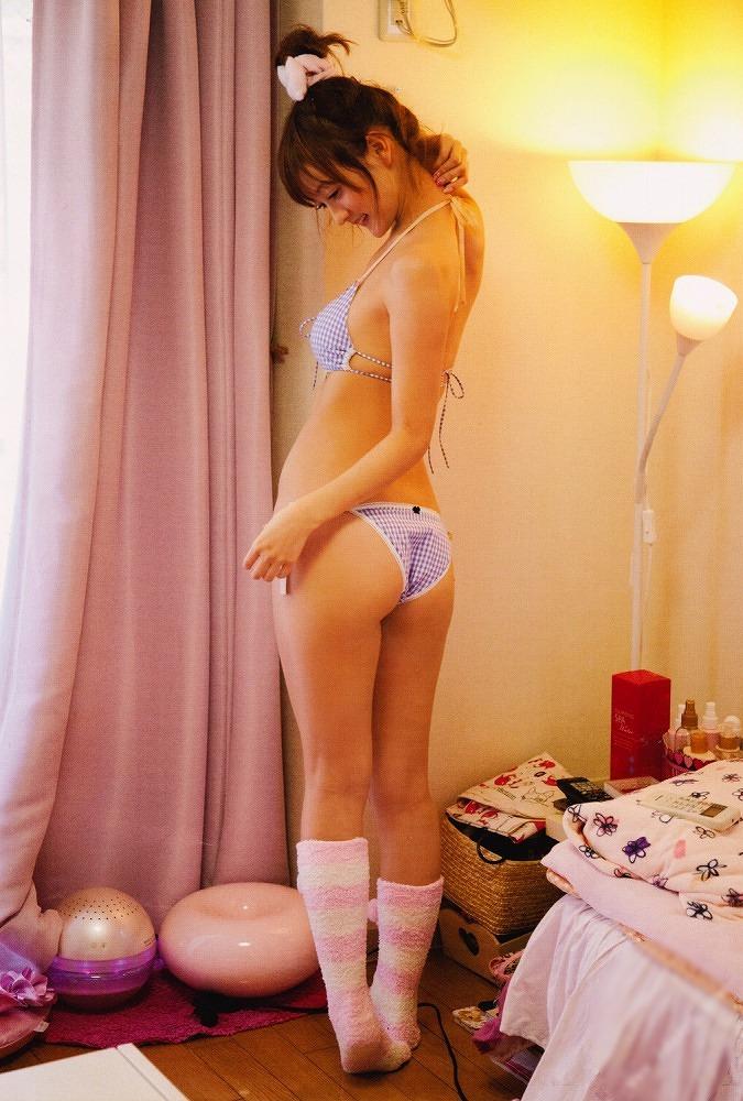 【小松彩夏グラビア画像】あとちょっとズレたら乳輪が見えそうな横乳やハミ乳! 19