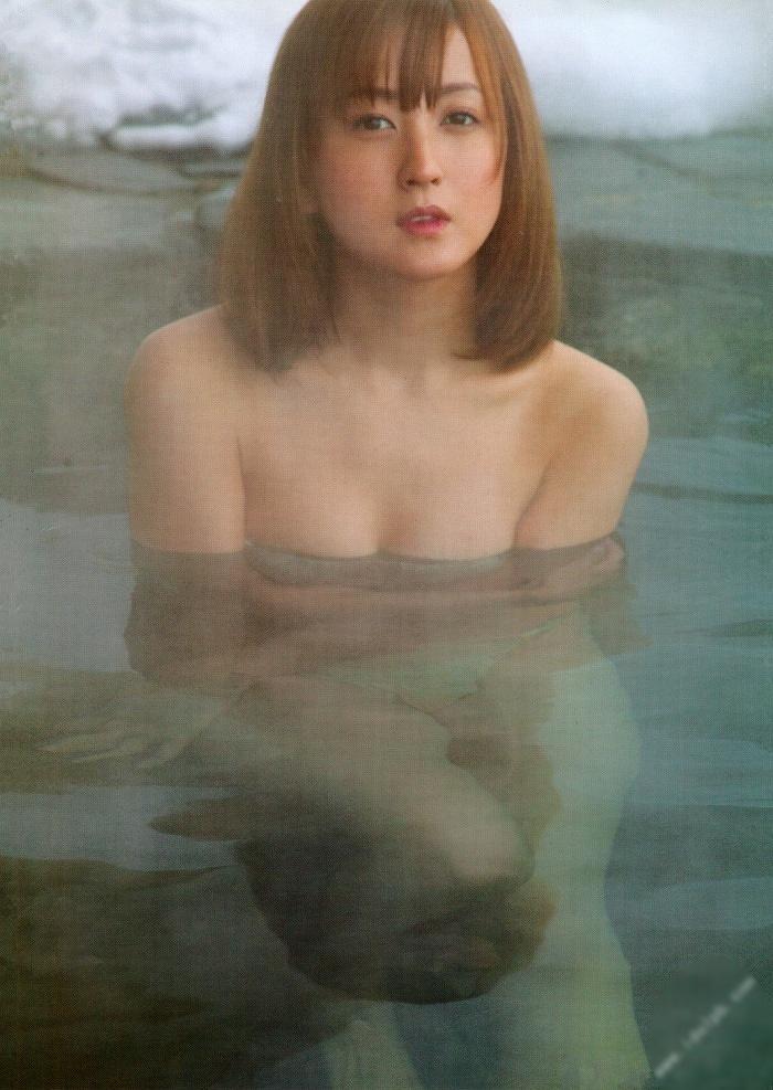 【小松彩夏グラビア画像】あとちょっとズレたら乳輪が見えそうな横乳やハミ乳! 20