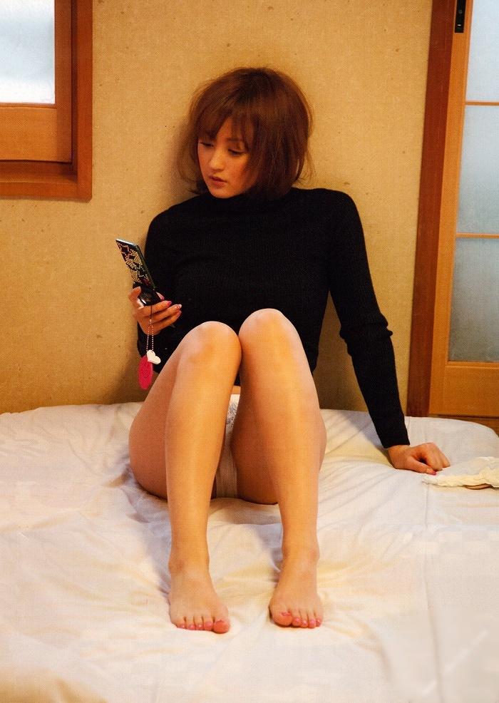 【小松彩夏グラビア画像】あとちょっとズレたら乳輪が見えそうな横乳やハミ乳! 23