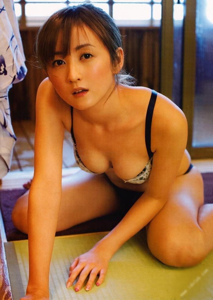 【小松彩夏グラビア画像】あとちょっとズレたら乳輪が見えそうな横乳やハミ乳! 24