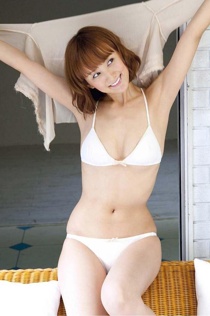 【小松彩夏グラビア画像】あとちょっとズレたら乳輪が見えそうな横乳やハミ乳! 28