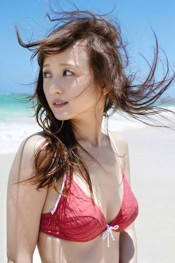【小松彩夏グラビア画像】あとちょっとズレたら乳輪が見えそうな横乳やハミ乳! 35