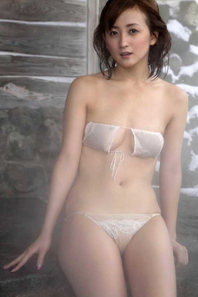 【小松彩夏グラビア画像】あとちょっとズレたら乳輪が見えそうな横乳やハミ乳! 38