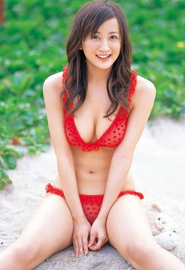 【小松彩夏グラビア画像】あとちょっとズレたら乳輪が見えそうな横乳やハミ乳! 51