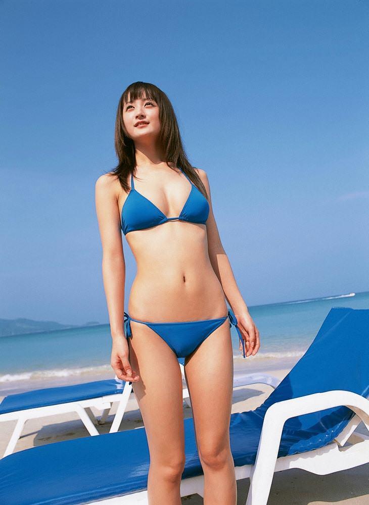 【小松彩夏グラビア画像】あとちょっとズレたら乳輪が見えそうな横乳やハミ乳! 53
