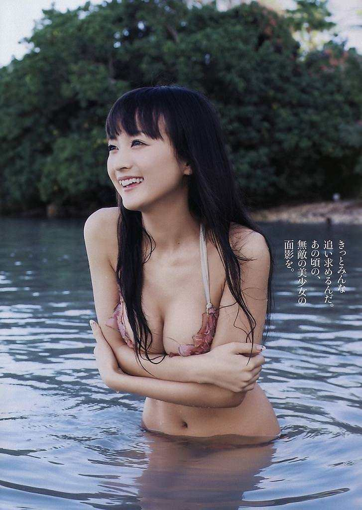 【小松彩夏グラビア画像】あとちょっとズレたら乳輪が見えそうな横乳やハミ乳! 56