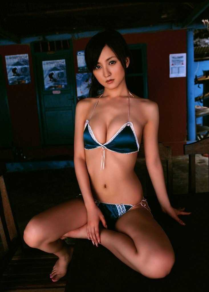 【小松彩夏グラビア画像】あとちょっとズレたら乳輪が見えそうな横乳やハミ乳! 57
