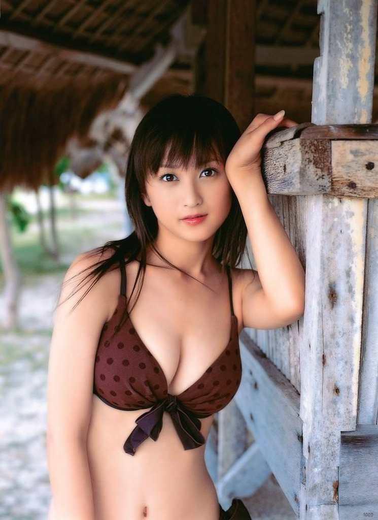 【小松彩夏グラビア画像】あとちょっとズレたら乳輪が見えそうな横乳やハミ乳! 58