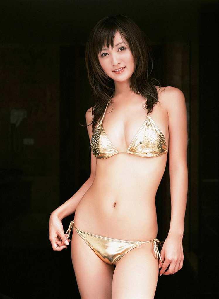 【小松彩夏グラビア画像】あとちょっとズレたら乳輪が見えそうな横乳やハミ乳! 60