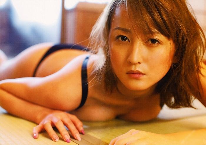 【小松彩夏グラビア画像】あとちょっとズレたら乳輪が見えそうな横乳やハミ乳! 75