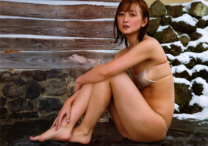 【小松彩夏グラビア画像】あとちょっとズレたら乳輪が見えそうな横乳やハミ乳! 76