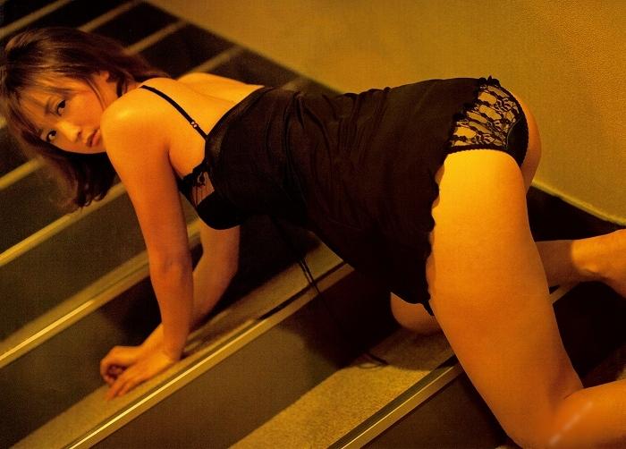 【小松彩夏グラビア画像】あとちょっとズレたら乳輪が見えそうな横乳やハミ乳! 78