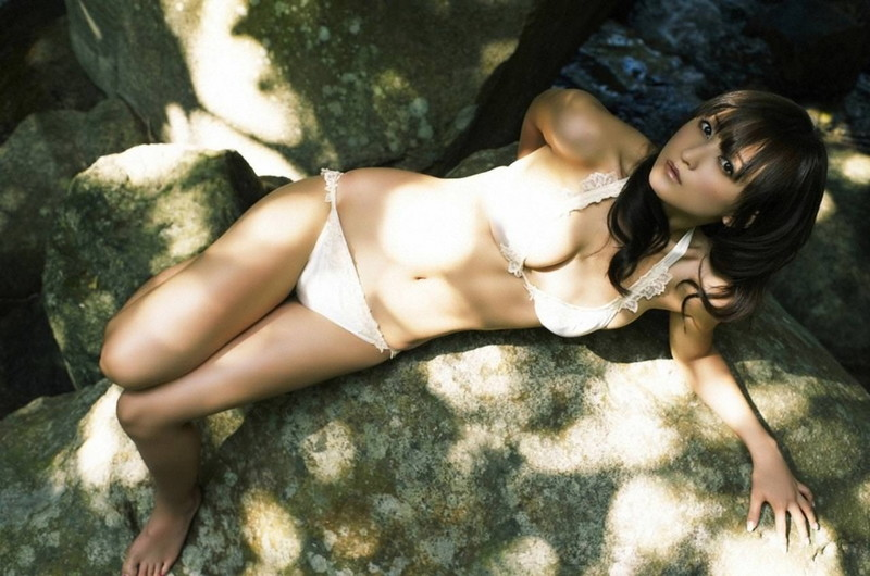 【小松彩夏グラビア画像】あとちょっとズレたら乳輪が見えそうな横乳やハミ乳! 79