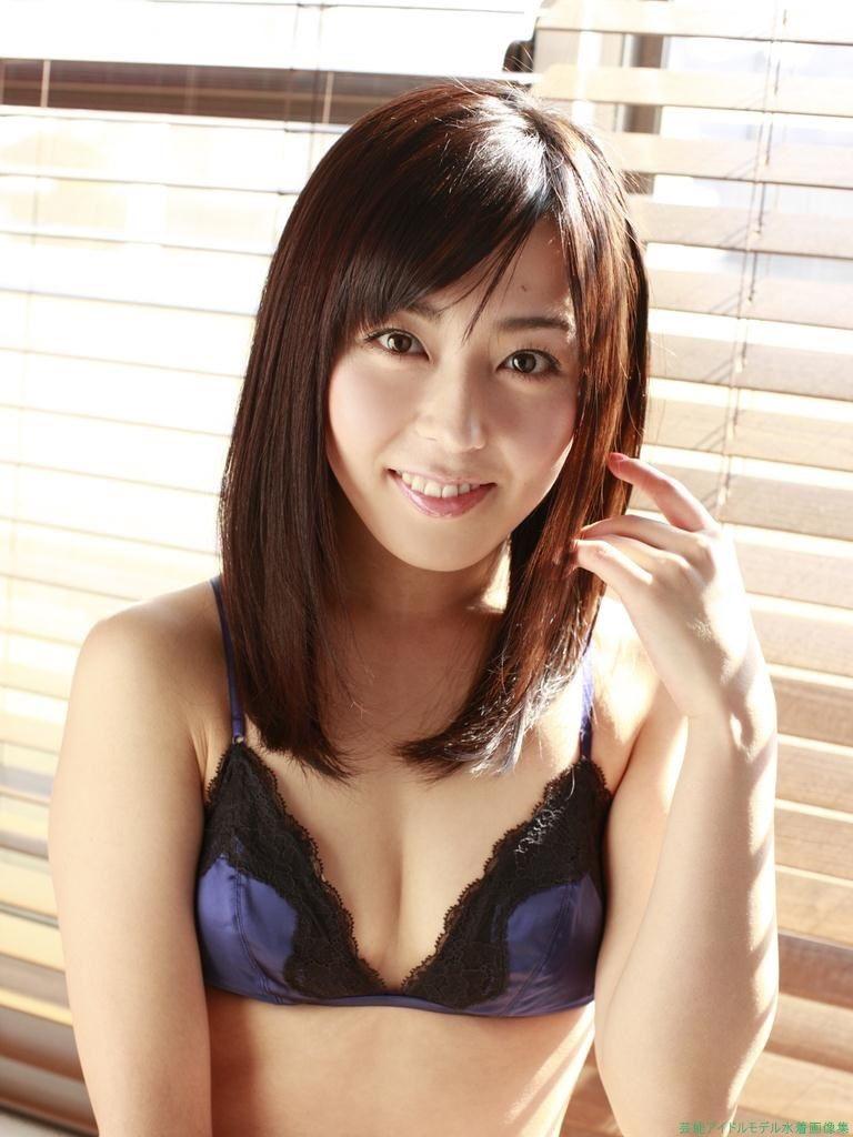 【伊藤えみグラビア画像】セクシーさと可愛らしさを合わせ持つグラビアがたまらない美女 31