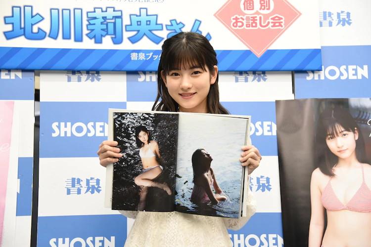 【北川莉央エロ画像】笑顔が可愛い新人モー娘アイドルの眩しいビキニ姿! 39