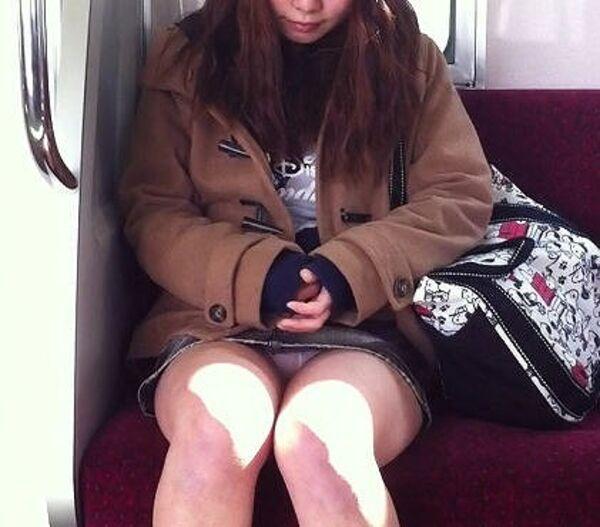 【素人エロ画像】冬でも関係なくミニスカ穿いてパンチラ全開のエロギャル! 04